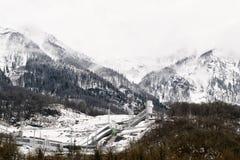 Eine Skipiste in den schneebedeckten Bergen bewölken Wetter lizenzfreies stockfoto