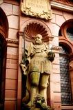 Eine Skulptur an der Wand eines Schlosses Lizenzfreies Stockbild