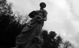 Eine Skulptur eines Mädchens und des Löwes lizenzfreie stockbilder
