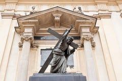 Eine Skulptur von Christus sein Kreuz tragend Lizenzfreies Stockfoto