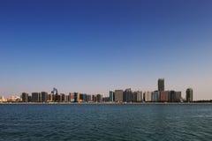 Eine Skylineansicht der Corniche-Straße West, wie von Marina Mall, Abu Dhabi, UAE gesehen Lizenzfreie Stockfotos