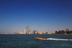 Eine Skylineansicht der Corniche-Straße, wie vom Erbdorf in Abu Dhabi, UAE gesehen Stockfoto
