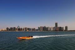 Eine Skylineansicht der Corniche-Straße, wie vom Erbdorf in Abu Dhabi, UAE gesehen Stockbilder