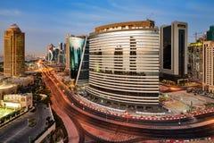 Eine Skylineansicht des Doha-Stadtzentrums an der Dämmerung Lizenzfreie Stockfotos