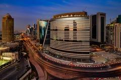 Eine Skylineansicht des Doha-Stadtzentrums an der Dämmerung Stockfotos