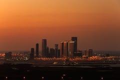 Eine Skylineansicht von Abu Dhabi, UAE an der Dämmerung, blickend in Richtung Reem Islands Stockfotografie