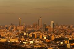 Eine Skylineansicht von Abu Dhabi, UAE an der Dämmerung, mit dem Corniche und der Welthandels-Mitte Stockbilder