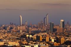 Eine Skylineansicht von Abu Dhabi, UAE an der Dämmerung, mit dem Corniche und der Welthandels-Mitte Stockfoto
