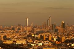 Eine Skylineansicht von Abu Dhabi, UAE an der Dämmerung, mit dem Corniche und der Welthandels-Mitte Lizenzfreie Stockfotografie