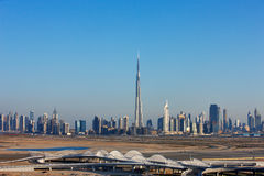 Eine Skylineansicht von Dubai mit zahlreichen skyscapers Stockbilder