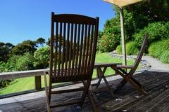 Eine sonnige Veranda, die ruhige ländliche Landschaft übersieht; perfekter abgelegener Feiertagsplatz lizenzfreie stockbilder