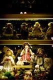 Eine Souvenirladenanzeige mit Puppen Stockfotos