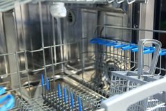 Eine Spülmaschine für Teller und Tischbesteck spart Zeit und Geld und Abwasch ist jetzt ein Vergnügen und keine Verpflichtung Lizenzfreie Stockbilder