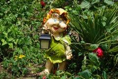 Eine Spaßdekoration für Garten in Form eines zwergartigen gir Lizenzfreies Stockbild