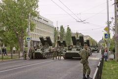 Eine Spalte von gepanzerten Fahrzeugen und von Behältern errichtete außerhalb der Welt t Stockbild