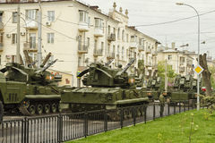 Eine Spalte von gepanzerten Fahrzeugen und von Behältern errichtete außerhalb der Welt t Lizenzfreie Stockfotografie