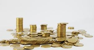 Eine Spalte von Münzen geht unten stock video