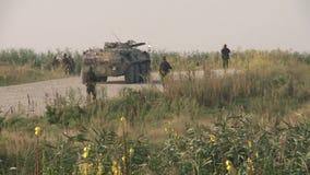 Eine Spalte von russischen Truppen auf Patrouille in Tschetschenien stock footage
