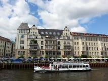 Eine speisende Kreuzfahrt im Gelage, ein Fluss von Berlin, Deutschland Lizenzfreie Stockfotografie