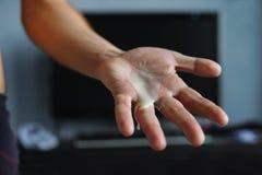 Eine spielerische männliche Hand im Schlüpfer legen auf Schlafzimmer Lizenzfreies Stockbild