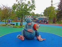 Eine Spielzeugratte in einem Park in St Petersburg, Russland stockbild