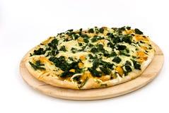 Eine Spinatpizza mit Mozzarellakäse, Gewürze lizenzfreies stockbild