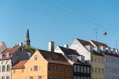 Eine Spitze des Bezauberns von europäischen Gebäuden, die einen schönen Schnitt schaffen stockbilder