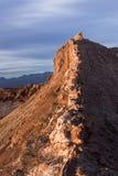Eine Spitze im Mondtal in der atacama Wüste (trockenste Wüste auf Erde) wird angesichts der untergehenden Sonne vor einem Sturm g Stockfotos