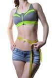Eine Sportfrau misst die Taille, lokalisiert auf einem weißen backgroun Lizenzfreie Stockbilder