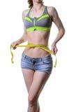 Eine Sportfrau misst die Taille, lokalisiert auf einem weißen backgroun Stockbilder