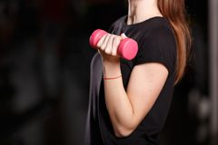 Eine Sportlerin mit einem rosa dumbell lizenzfreie stockbilder
