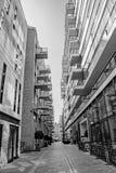 Eine städtische Schwarzweiss-Ansicht von teuren Wohnwohnungsbalkonen in London-Stadt lizenzfreies stockbild