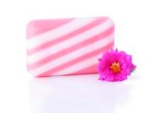 Eine Stück Seife und Purslane-Blume lizenzfreies stockfoto