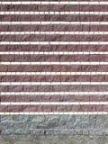 Eine Stützmauer von strukturierten Ineinander greifenblöcken Stockbilder