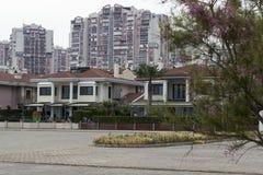 Eine Stadt-Ansicht - Wohnungen und selbstständige Häuser stockfotografie