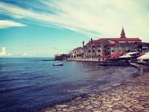 Eine Stadt auf den Ufern der Adria stockfotografie