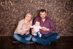 Eine starke freundliche Familie hält zusammen und hilft sich Lizenzfreies Stockbild