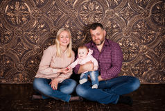 Eine starke freundliche Familie hält zusammen und hilft sich Lizenzfreies Stockfoto