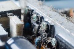 Eine starke Schicht Schutzabdeckungen die internen elektronischen Bauelemente des Computers lizenzfreies stockbild