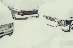 Eine starke Schicht weißer Schnee auf dem Auto lizenzfreie stockbilder