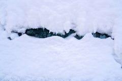 Eine starke Schicht weißer Schnee auf dem Auto stockbilder