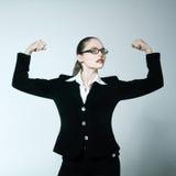 Eine starke starke Frau, welche die Muskeln stolz biegt Lizenzfreies Stockbild