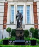 Eine Statue des englischen Chemikers und des Physikers Michael Faraday in London lizenzfreies stockbild