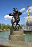 Eine Statue, die einen Affen fährt Zirkusfahrrad kennzeichnet Lizenzfreie Stockbilder