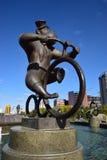 Eine Statue, die einen Affen fährt Zirkusfahrrad kennzeichnet Stockfotografie