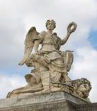 Eine Statue am Eingang zum Palast von Versaill Stockbild