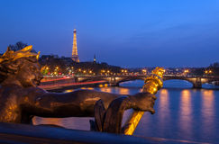 Eine Statue mit Eiffelturm im Hintergrund Stockbilder