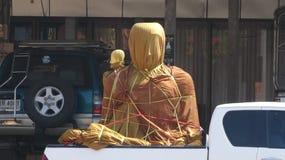 Eine Statue von Buddha sitzt eingewickelt für Schutz auf der Rückseite einer Aufnahme, vorbereiten für Lieferung Lizenzfreie Stockbilder