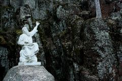 Eine Statue von einem guslar in einem Park stockfotos