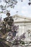 Eine Statue vor einer christlichen Kirche lizenzfreie stockfotografie